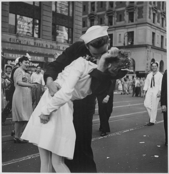 Nova Iorque celebrando a rendição do Japão ao final da 2ª Guerra Mundial. 14 de agosto de 1945
