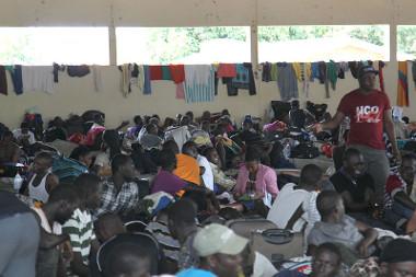 Imigrantes haitianos alojados em um abrigo improvisado no Acre, em janeiro de 2014 *