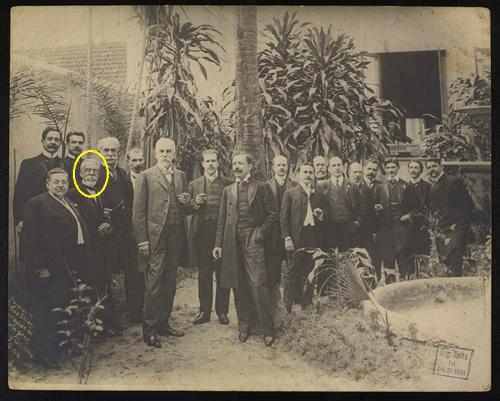 Machado de Assis, em destaque, em meio a um grupo de intelectuais, políticos e escritores. Fotografia do acervo da Biblioteca Nacional
