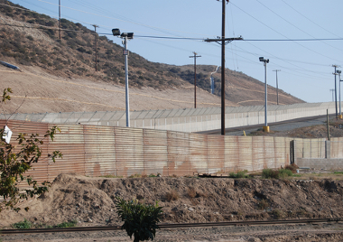 Muro construído nos arredores da cidade mexicana de Tijuana