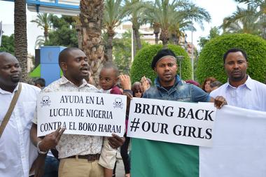 Grupo de nigerianos protestam contra o Boko Haram na cidade de Alicante, Espanha.