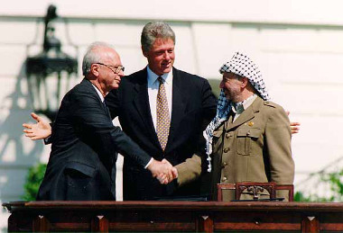 O Presidente dos EUA, Bill Clinton, mediou o acordo entre Israel e a Autoridade Palestina em frente à Casa Branca
