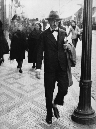 Enquanto vivo, Fernando Pessoa publicou apenas um livro em língua portuguesa, o livro de poemas Mensagem