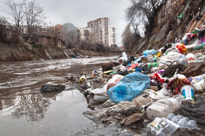 O descarte ilegal de lixo em cursos d'água nos centros urbanos é uma prática bastante comum