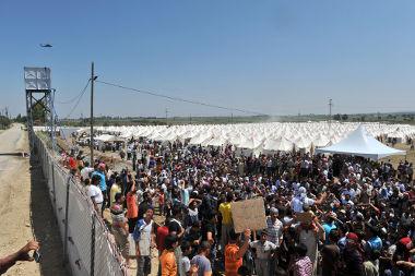 Refugiados sírios deslocando-se para fora do país na fronteira com a Turquia em 2011*