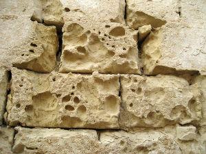 Parede de calcário corroída pelo tempo e pela chuva ácida