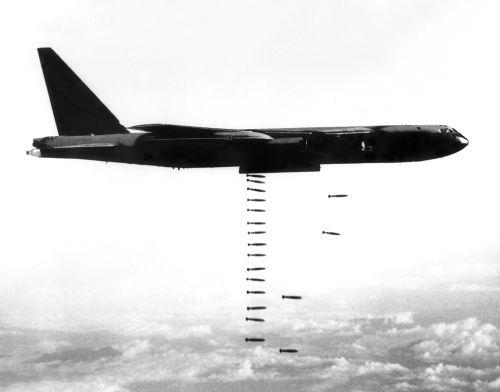 Avião B-52 lançando bombas durante a Guerra do Vietnã