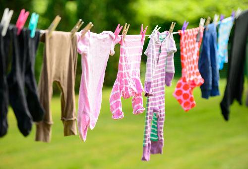 A água presente em roupas no varal sofre evaporação