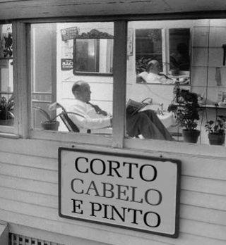 Anúncio antigo em barbearia