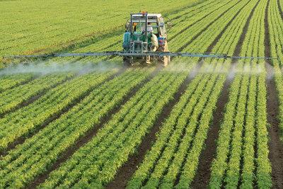 A utilização de defensivos agrícolas (pesticidas) e fertilizantes do solo é um exemplo de técnicas de modernização da agricultura