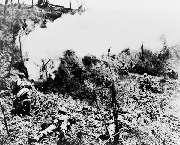 Soldados americanos atacando posições defensivas do Japão em Okinawa, em 1945