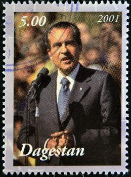 O presidente Richard Nixon assinou o cessar-fogo que pôs fim à participação americana na Guerra do Vietnã *