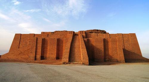 Fachada reconstruída do zigurate da cidade suméria de Ur