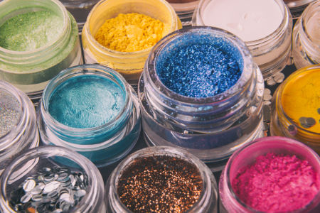 Glitter, brocal e purpurina são muitas vezes confundidos com o mesmo produto