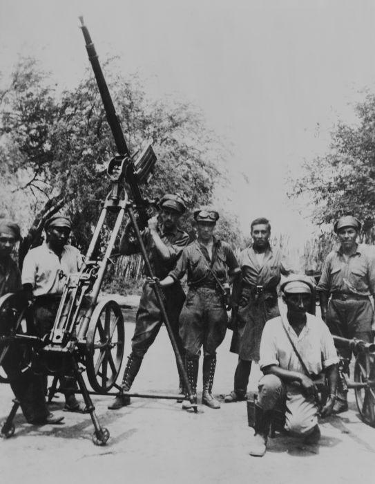 Soldados bolivianos no controle de armamentos antiaéreos nessa foto tirada em 1934