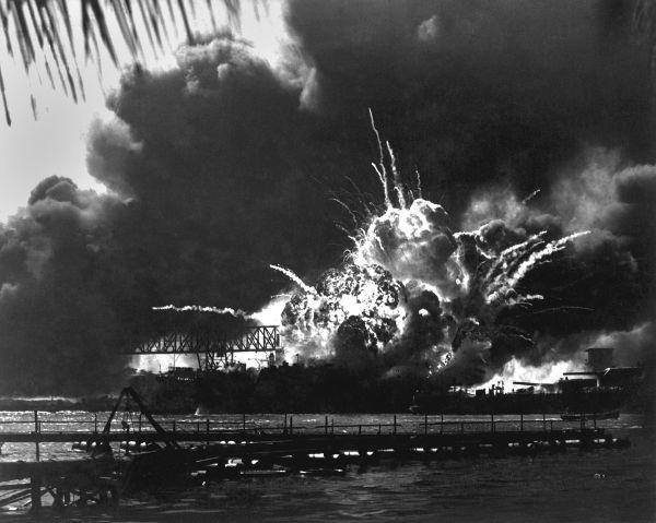 Em dezembro de 1941, os japoneses atacaram os americanos de surpresa em Pearl Harbor, no Havaí.