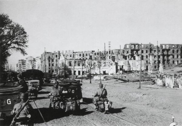 Tropas alemãs em Minsk, Bielorrússia, durante a Operação Barbarossa.