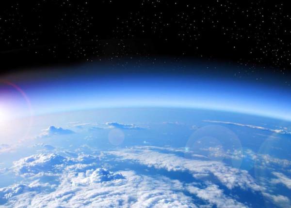 A atmosfera terrestre é a camada de gás que envolve a Terra, protegendo-a dos raios solares nocivos à saúde e dos fragmentos rochosos que podem atingir a superfície.