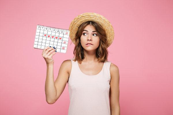 Na puberdade, a garota apresenta sua primeira menstruação, o que indica que seu organismo já está preparado para uma gestação.