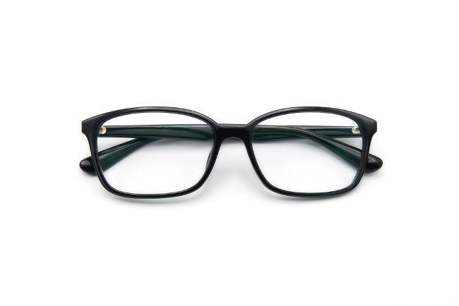 Óculos são um conjunto de lentes esféricas divergentes ou convergentes, que são ajustadas de acordo com o erro de refração presente no olho.