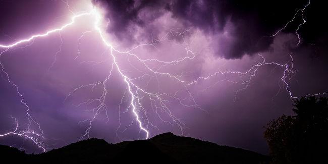 As descargas formadas durante as tempestades elétricas são grandes correntes elétricas que se propagam pelo ar.