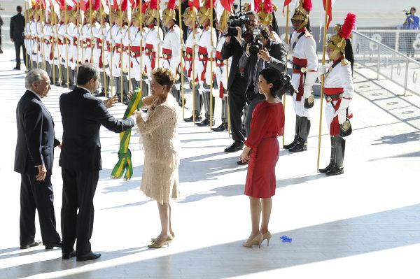 Transmissão da faixa presidencial realizada em 1º de janeiro de 2015 durante a posse de Dilma Rousseff.**