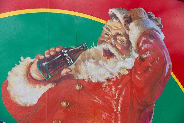 A representação moderna do Papai Noel popularizou-se por meio de uma campanha publicitária da Coca-Cola.**