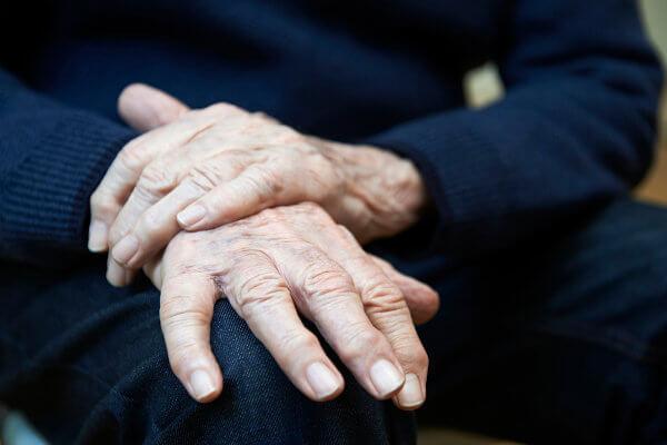 A doença de Parkinson está relacionada com uma perda progressiva de neurônios que produzem dopamina.