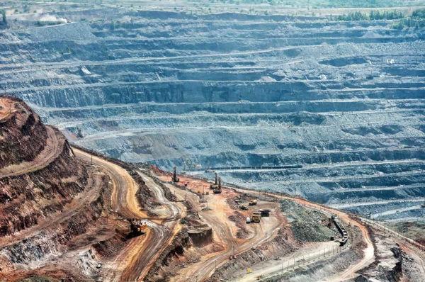 A mineração de ferro provoca alteração na paisagem, desmatamento e devastação do solo.