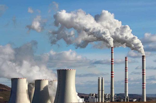 O uso de combustíveis fósseis está associado a problemas ambientais, como emissão de gases poluentes à atmosfera.