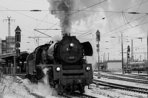 Uma das principais invenções da Primeira Revolução Industrial foi a locomotiva a vapor.