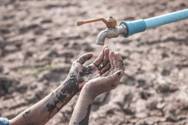 A escassez de água é um problema de ordem global que implica diversos desafios à sociedade para preservação dos recursos hídricos.