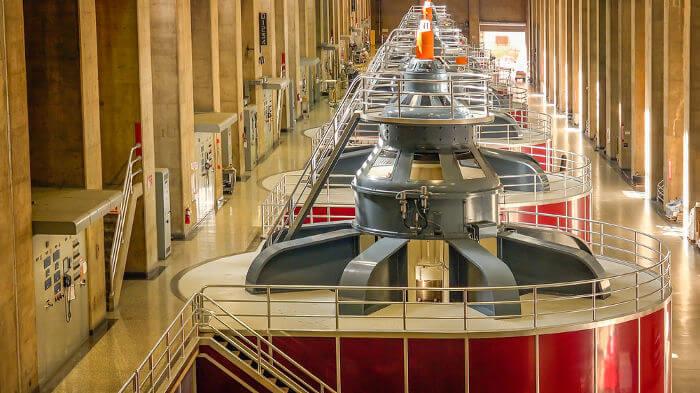As turbinas geradoras das usinas hidrelétrica são formadas por enormes enrolamentos de fios e ímãs potentes.