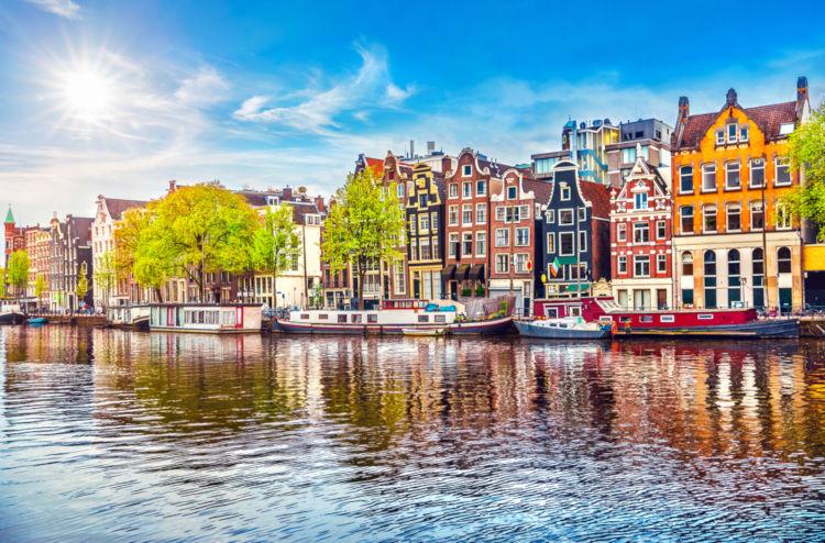 Amsterdã é conhecida pelas ciclovias e pelas construções repletas de cores.