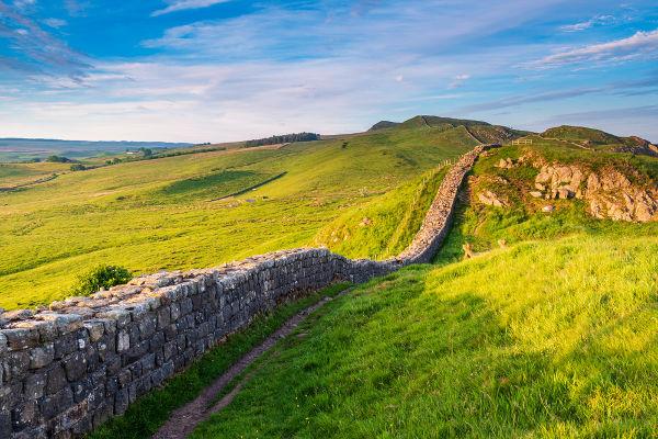 A Muralha de Adriano foi construída no século II d.C. para impedir que pictos e escotos atacassem as terras romanas.
