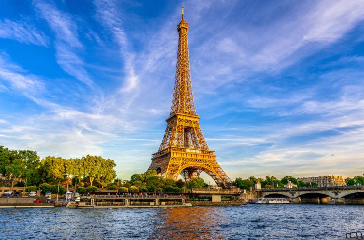 Paris possui um dos monumentos mais conhecidos do mundo: a Torre Eiffel.