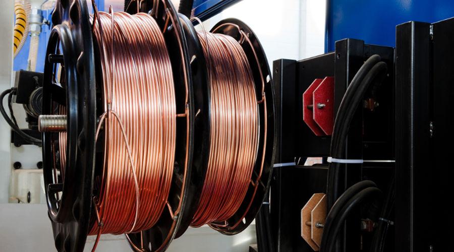 Os fios de cobre, usados em motores e circuitos, recebem uma camada de verniz isolante.