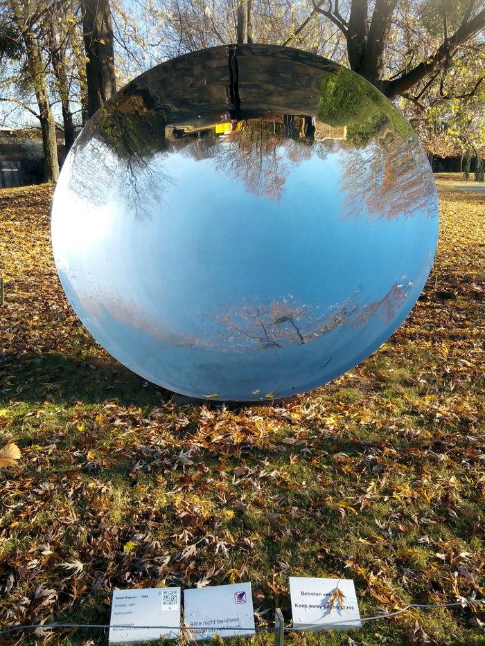 As imagens formadas pelos espelhos côncavos podem ser projetadas e são formadas de ponta cabeça.