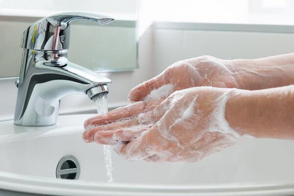 Lavar as mãos é uma importante forma de prevenir doenças.