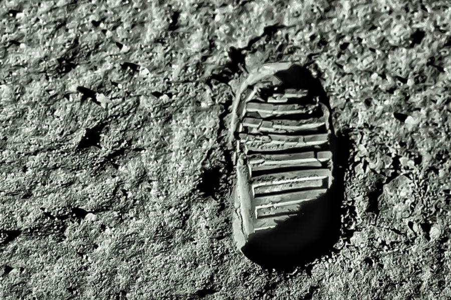 Neil Armstrong deu o primeiro passo do homem na Lua.