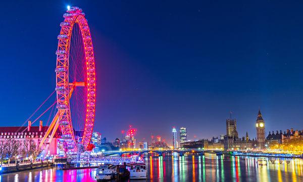Rio Tâmisa divide a roda-gigante London Eye, à esquerda, e o Big Ben, à direita.**
