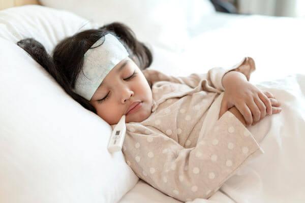 A criança com febre necessita de repouso e não deve ir à escola.