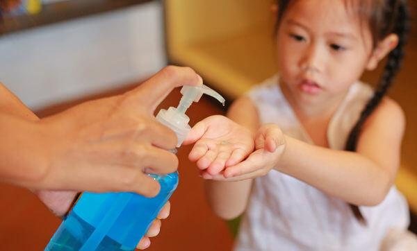 O uso de álcool em gel deve ser feito em mãos visivelmente limpas.