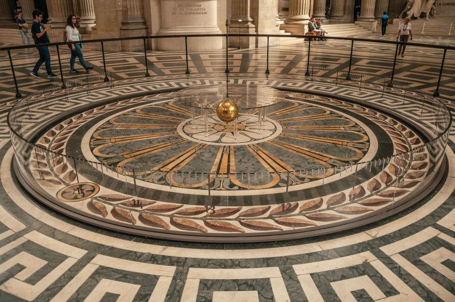 O pêndulo de Foucault é usado para demonstrar o movimento de rotação da Terra.