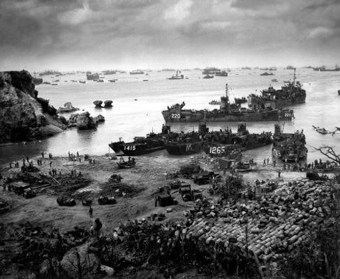Tropas americanas durante a invasão a Okinawa, Japão, em 1945.