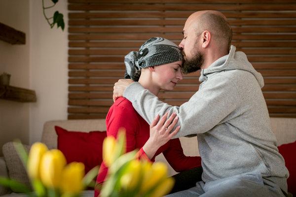 A quimioterapia é um dos tratamentos contra o câncer e apresenta, como um de seus possíveis efeitos colaterais, a queda de cabelo.