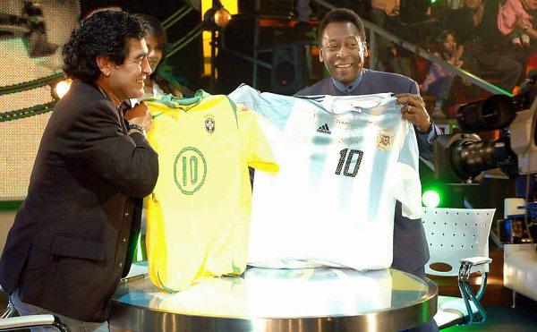 Pelé e Maradona juntos em programa de TV, em 2005.7