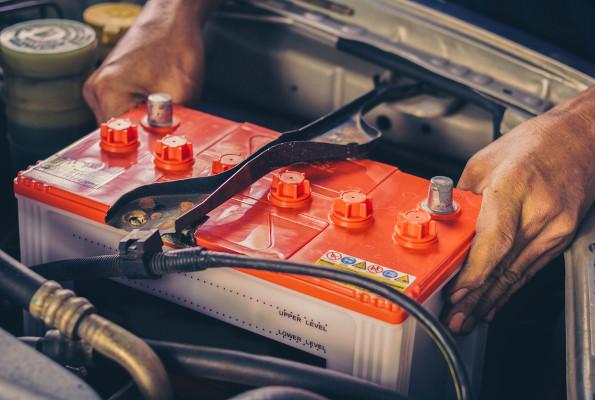 O ácido sulfúrico é utilizado como eletrólito das baterias de chumbo.