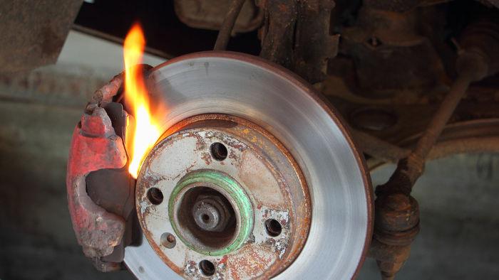 O freio converte parcialmente a energia cinética do veículo em energia térmica.