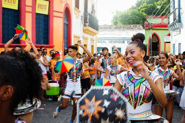 O frevo é uma festa popular de Olinda considerada patrimônio imaterial da humanidade.
